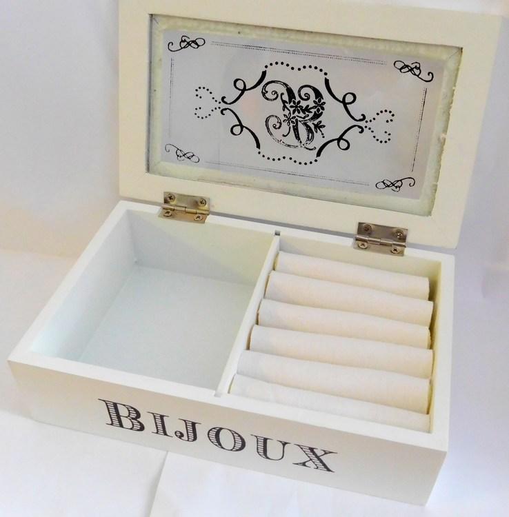 Bílá dřevěná šperkovnice s proskleným víčkem BIJOUX BI0136