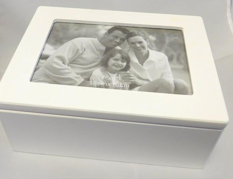 Bílá dřevěná šperkovnice na šperky 104804 se zrcadlem a místem pro fotku