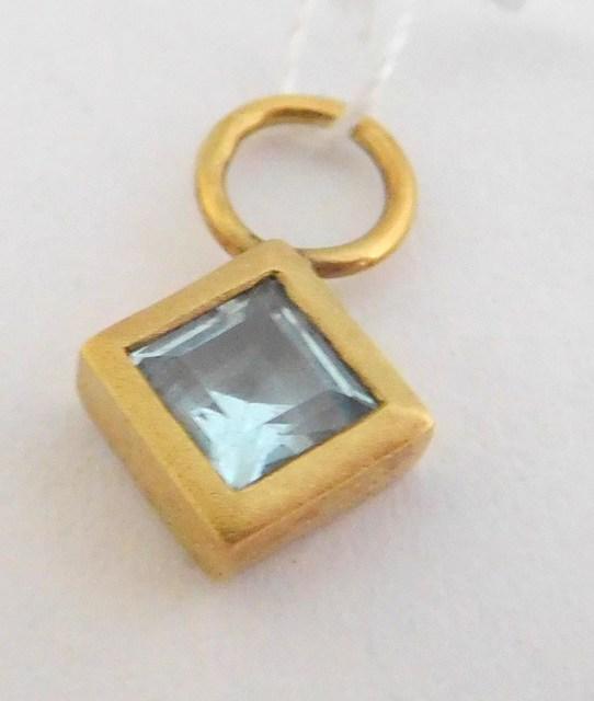 Zlatý přívěsek - zlatý čtvereček se světle modrým topazem 585/0,75gr T003