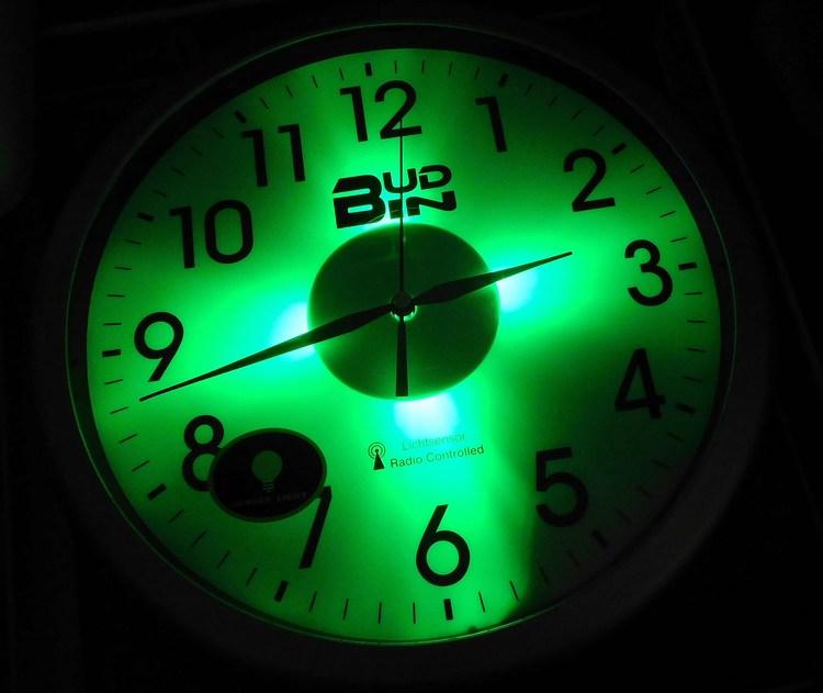 Rádiem řízené přesné nástěnné čitelné hodiny se senzorem podsvícení BUD-IN C1806 (se se