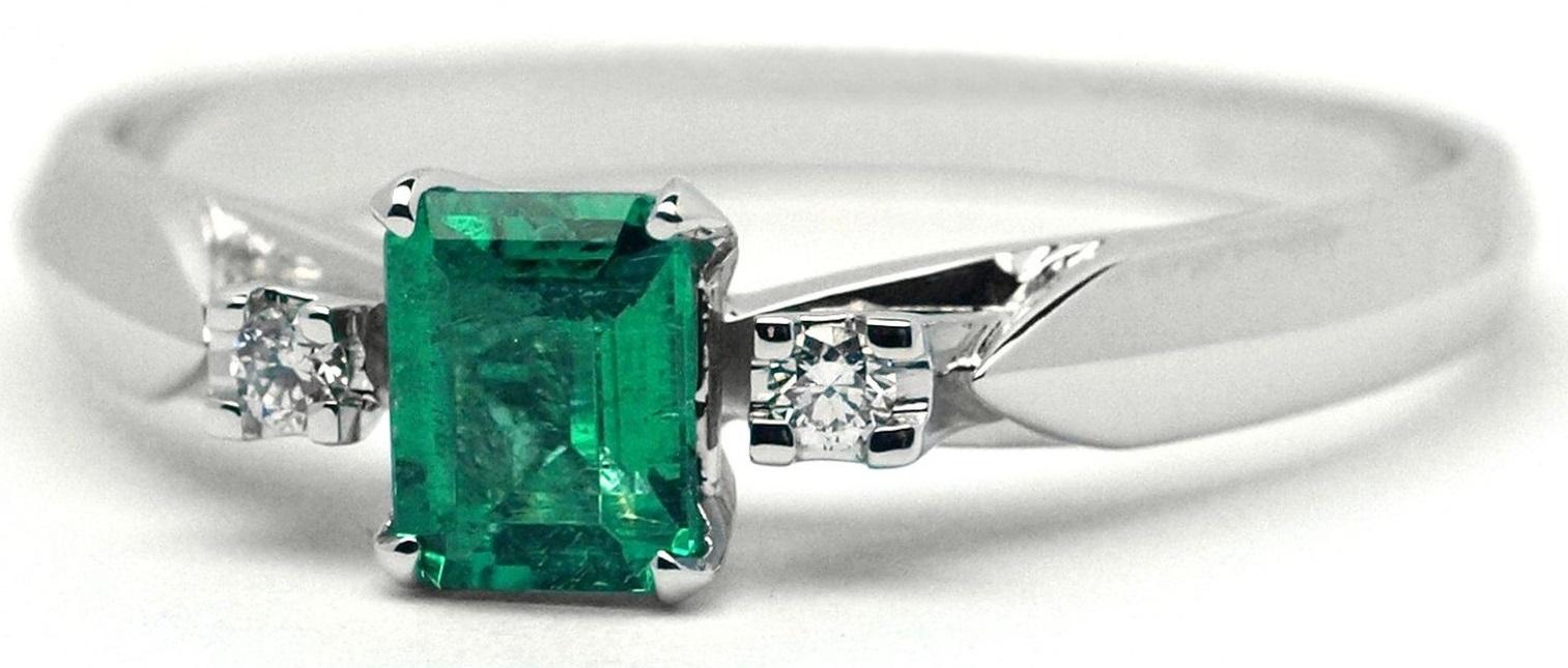 Ručně vyrobený prsten z bílého zlata se smaragdem a diamanty J-28762-17