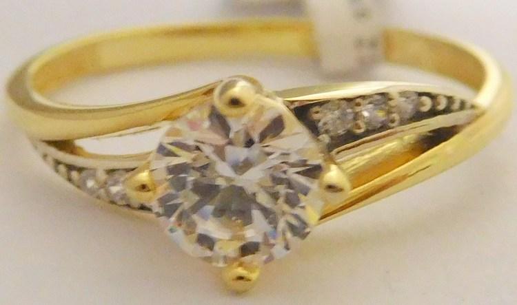 27ad4283f Mohutný zásnubní zlatý prsten s centrálním zirkonem a menšími zirkony ze  žlutého zlata 585/2