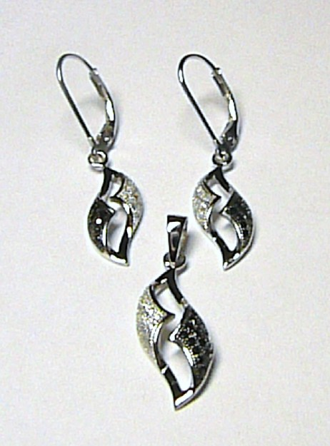 3e04df83e422 Luxusní stříbrná visací souprava s černými kameny a zirkony (náušnice +  přívěs)