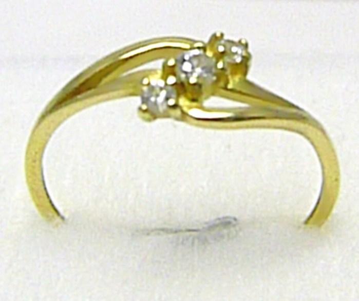 Dámský zlatý prstýnek osazený třemi zirkony 585/1,20 gr vel. 54 P302 (22900100496)