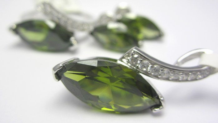 Mohutná rhodium souprava se zelenými olivíny (náušnice,přívěsek,prsten) A042 (SVLUPE302635+SVLUPP302635+SVLUPR302635)