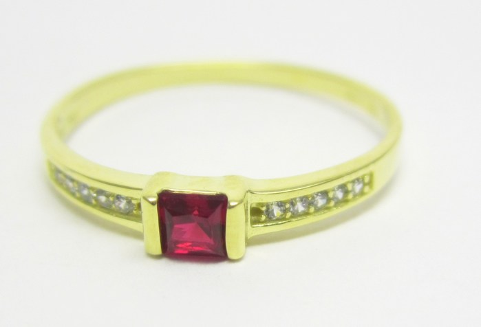 Elegantní zlatý prsten s červeným rubínem (i zásnubní) vel.52 1,20gr Z138 (223041300)