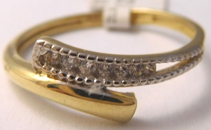 Gravírovaný zlatý prstýnek se zirkony 585/1,27gr vel. 52 1114094