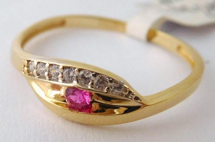 Zlatý zásnubní prsten s červeným rubínem 585/1,10gr vel. 57 1116115 (1116115 - DOPRAVA ZDARMA)