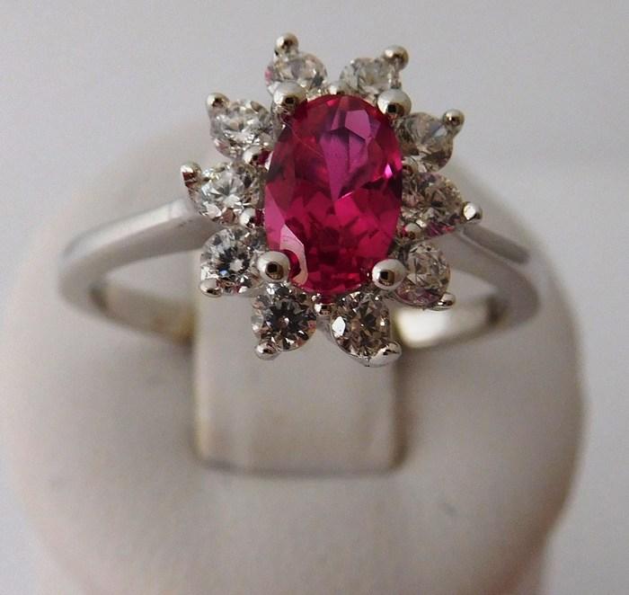 Dámský stříbrný prstýnek se syntetickým rubínem a zirkony 030414500004