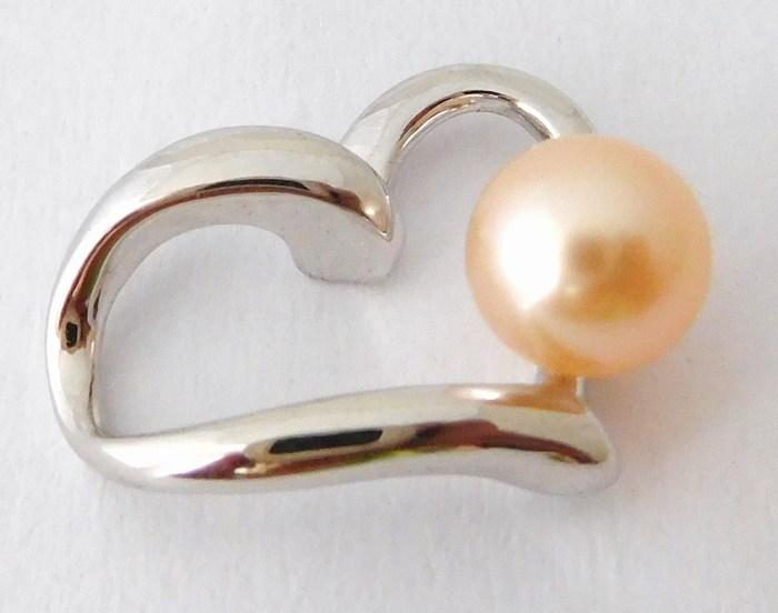 Krásný stříbrný přívěšek - Srdíčko se syntetickou růžovou perlou F041