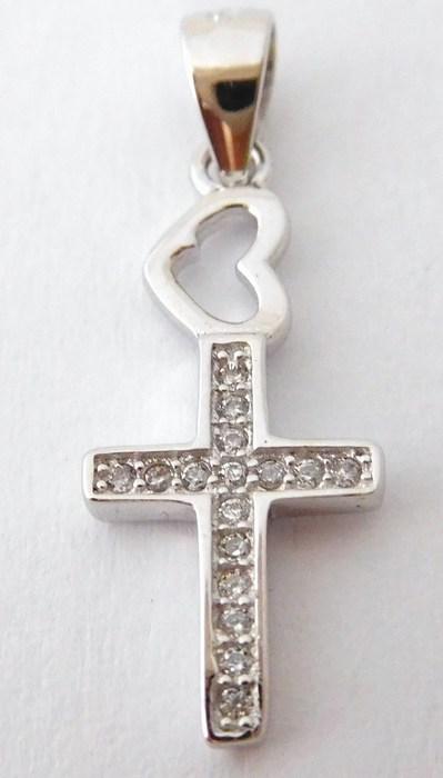 Krásný stříbrný přívěšek - Křížek se zirkony a srdíčkem F043