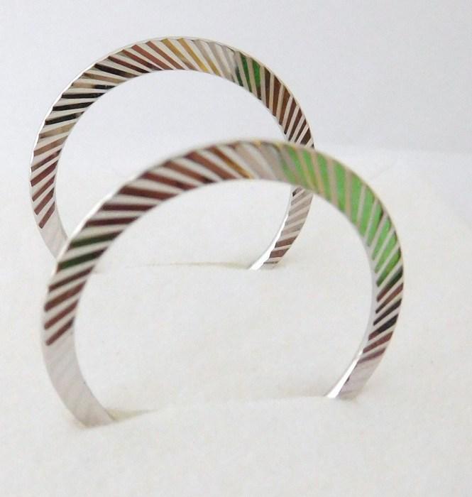 Stříbrné gravírované rhodiované kruhy F051