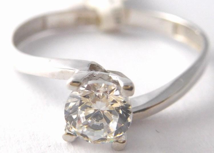 Mohutný zlatý prsten z bílého zlata - zásnubní prsten 585 1 31628497a49