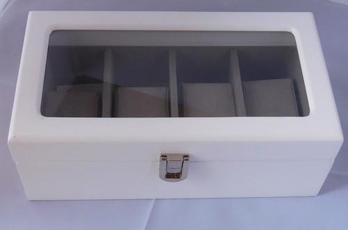 Bílá dřevěná prosklená šperkovnice na hodinky 20605/84989