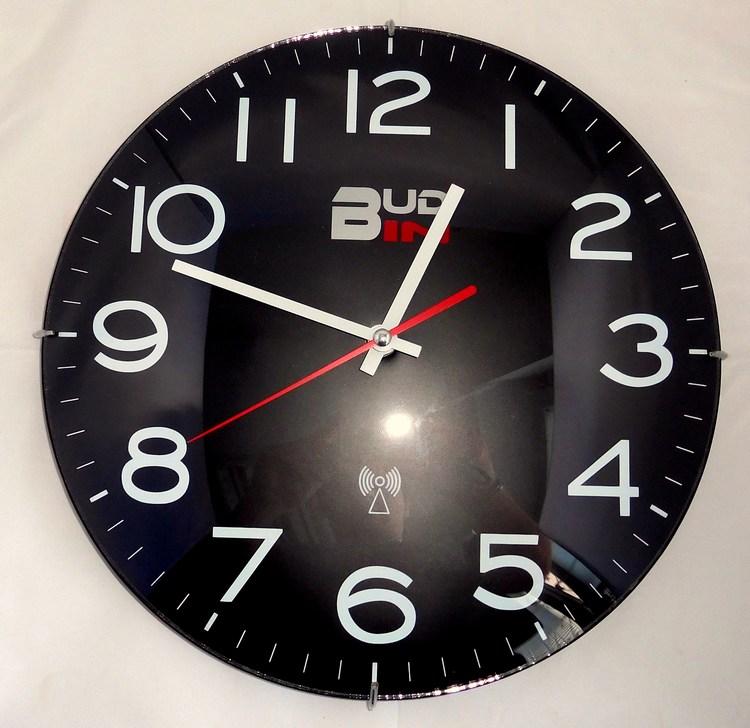Černé rádiem řízené nástěnné hodiny BUD-IN C1704 (Signálem rádiem řízené hodiny - POŠ